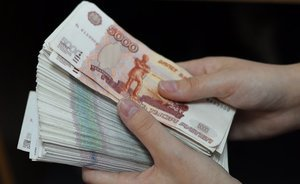 Money under the mattress: Russians withdraw both dollars and rubles from banks in August