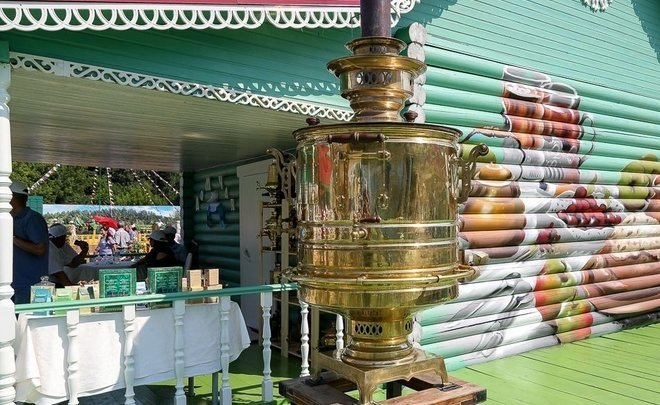About how Kazan guests drink tea from a 300-litre samovar and eat 15 tonnes of food