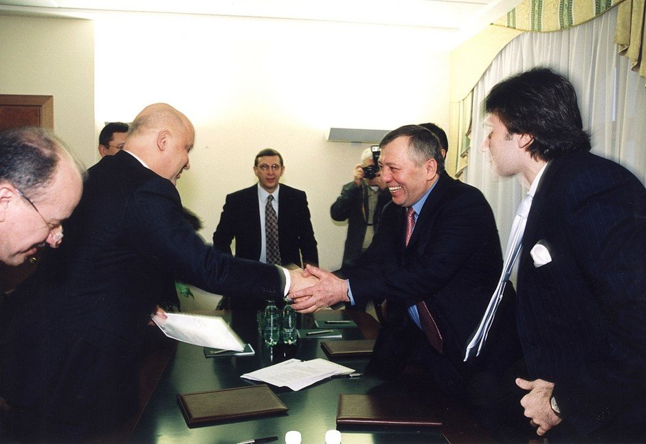 Handshake to mark the conclusion of the deal on sale of the biggest mobile operator TAIF-Telcom to Mobile TeleSystems PJSC, Kazan, 2003