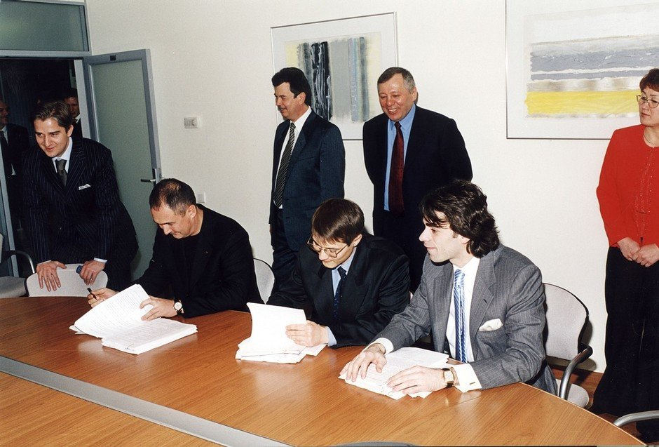 Signing of documents in the office of Sistema PJSFC, Moscow, 26 March 2003. TAIF PJSC represented by R. Shaimiev, R. Shigabutdinov, A. Abugov