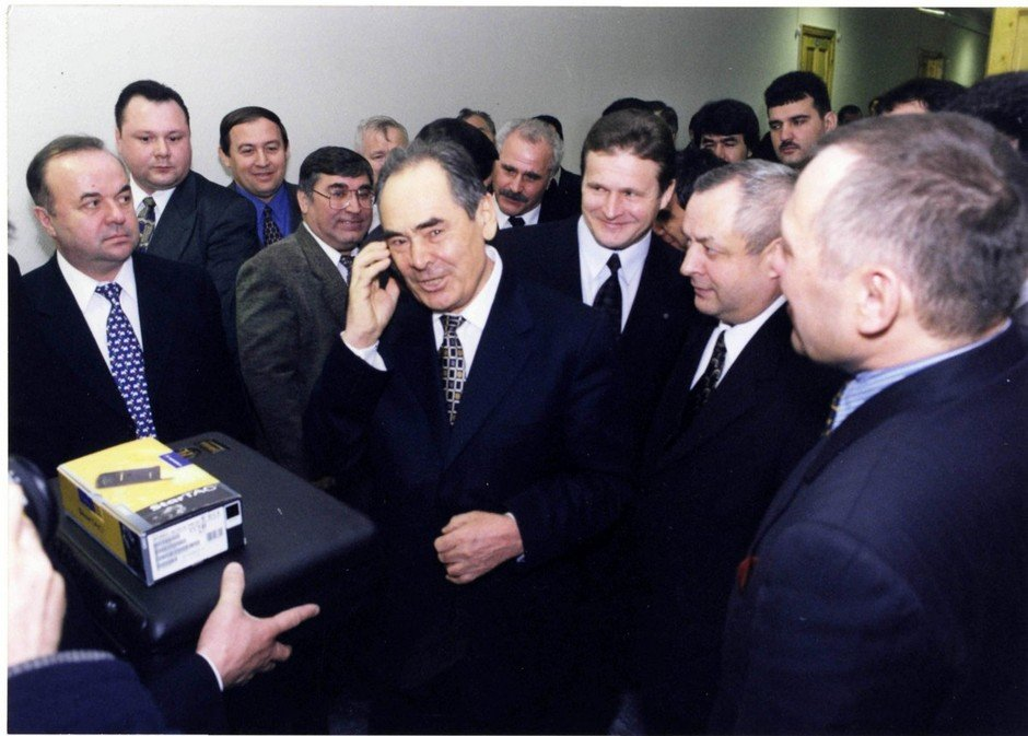 First Tatarstan President Mintimer Shaimiev making the first call on Santel mobile network, 1999