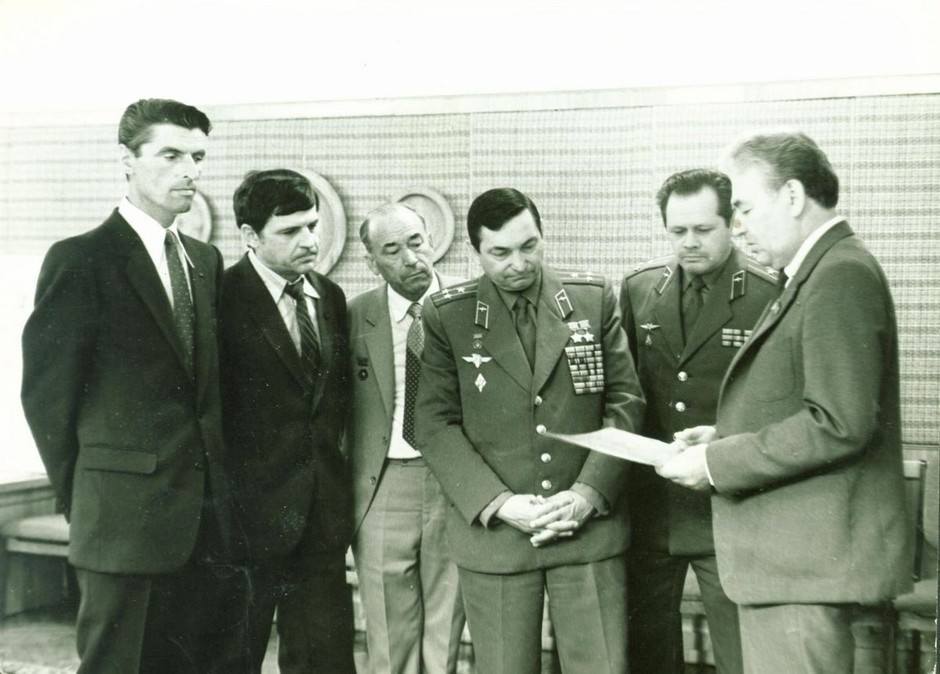 Pilot-cosmonaut V.F. Bykovsky (4th from left) with employees of the Kazan production association Tasma named after V. Kuibyshev, Kazan. 1986
