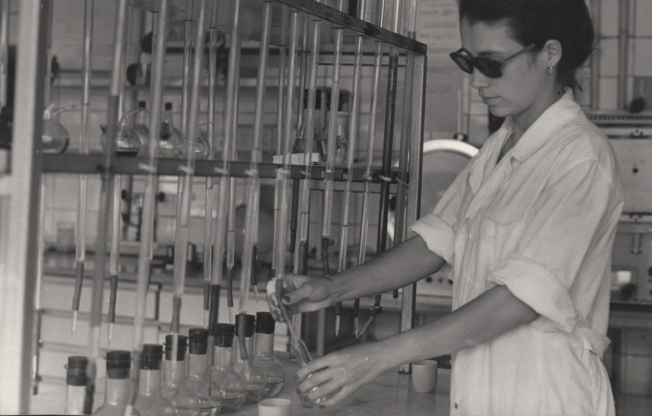 A chemical laboratory, 1990